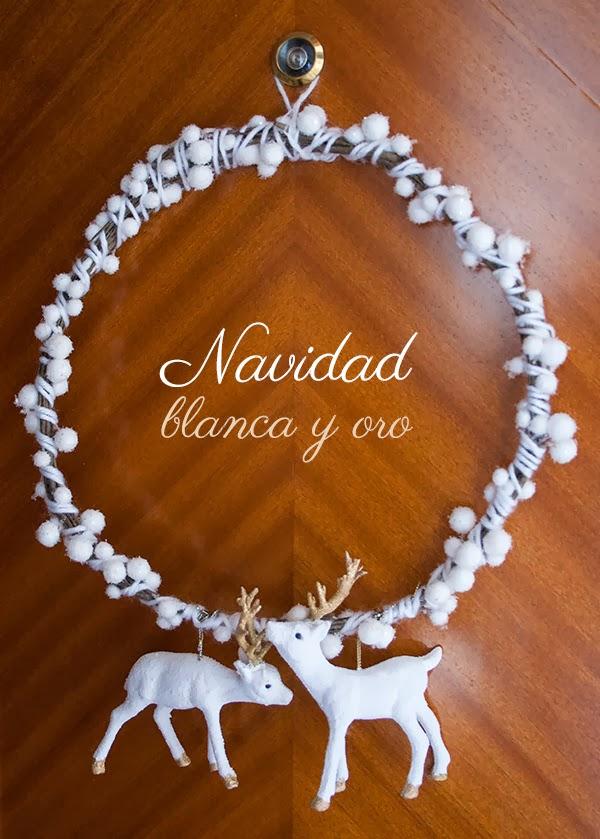 corona navideña en blanco y oro